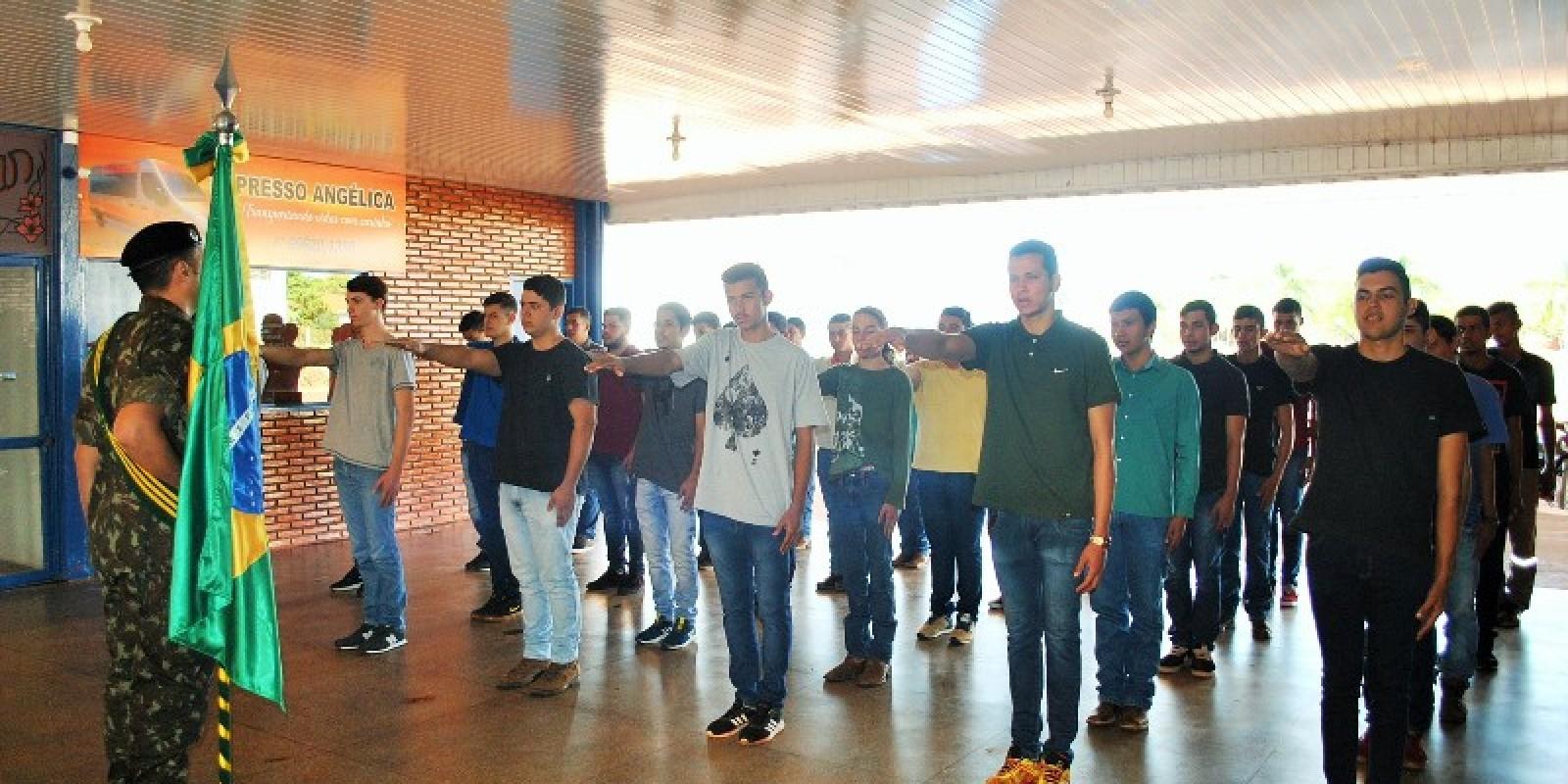 Exército entrega certificado de dispensa de incorporação a jovens no município de Angélica